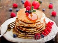 Рецепта Класически пухкави американски палачинки с кленов сироп и плодове